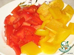 Порезать кубиками болгарский перец и помидор. Перец добавить к овощам и протушить 10 минут.