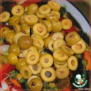 Оливки порезать кружками, добавить в салат.