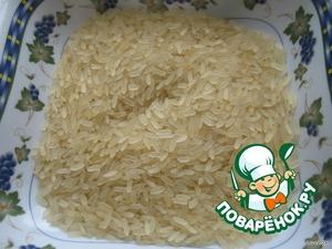 Промываю рис и отправляю в кастрюлю
