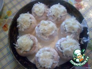 Ножки грибов, яйцо, лук, чеснок, выдавленный из чесночницы, смешать. Начинить смесью корзиночки из грибов, добавить сверху немного сметаны, посыпать тертым сыром. В сковороду налить немного сметаны, выложить в нее грибные корзиночки и отправить в духовку на 20-30 мин.