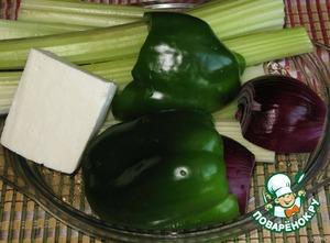 Подготовить ингредиенты. Овощи помыть и очистить.