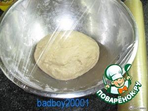 Положить тесто в смазанную маслом миску, накрыть плёнкой и поставить минимум на полчаса в теплое место.
