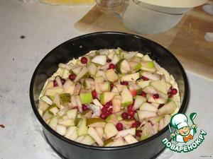 Яблоко и грушу очистить и порезать на маленькие кусочки, смешать с брусникой.   Выложить сверху фрукты.