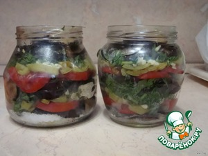 At the bottom of the jar should be 1H. spoon of salt, 1ch. L. sugar and put the vegetables in layers. Layer of eggplant, layer of tomatoes, Bulgarian pepper, a little garlic, and a layer of greenery. Saponite banks to the top. Much stuff is not necessary. Pour on top of another 1H. spoon of salt, 1ch. L. sugar and 1H. L. of vinegar. Pour boiling water from heat.