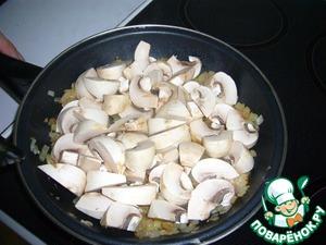 Добавить к луку грибы, нарезанные четвертинками, и продолжить обжарку до мягкости грибов.