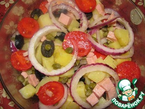 7. Add in a bowl the tomatoes, olives, sausage and onions.