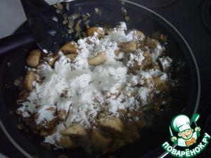 К луку и грибам добавить столовую ложку муки и обжарить с основными ингредиентами еще минут пять.