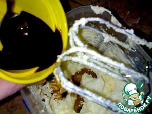 Размягченное сливочное масло взбить с сахаром. Добавить коньяк, кофе (растворенный в 2 ст. л. горячей воды), все перемешать.