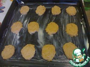 Противень смазать маслом или маргарином, ложечкой выложить тесто (печенюшки).   Поставить в разогретую духовку при 200*С на 10-15 мин.