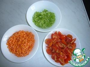 Мелко нарезаем морковь и сельдерей, помидоры - тонкими дольками.