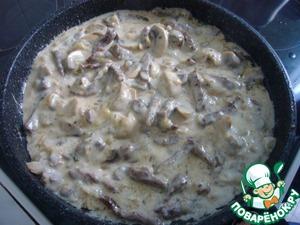 В получившийся соус опустить кусочки телятины и тушить под крышкой на медленном огне, не давая бурно кипеть, до мягкости мяса, приблизительно 30 минут ( все зависит от качества мяса).