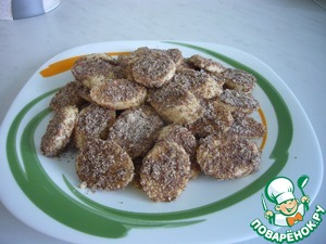 Sprinkle the slices of bananas cooked in a sweet mixture and place on a dish,