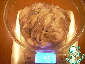 Разморозить осьминогов при комнатной температуре. Промыть под теплой проточной водой.