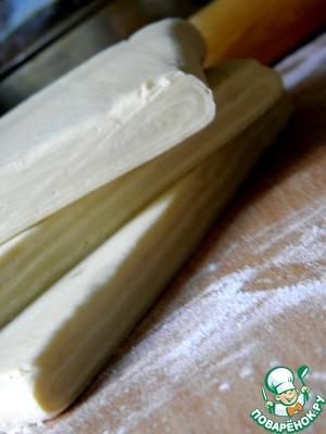 Для мильфея понадобится слоеное тесто «наоборот», карамелизованное    (ссылка в конце рецепта).   Для этого приготовленное по рецепту тесто делим на три части. Противень выстилаем пергаментом. Смачиваем его при помощи кисточки. Мне было удобнее разбрызгать воду из пульверизатора. Тесто раскатать толщиной 4мм. Стороны примерно 26х35см.