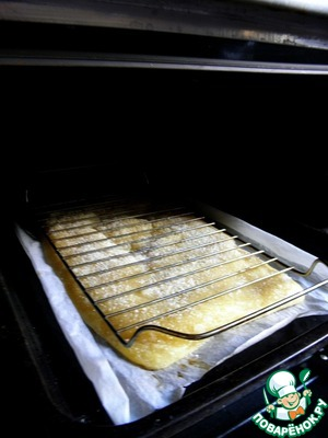 Bake the dough 8-10 minutes. Then (to stop the growth of the dough) put it on the grill and bake for another 10min. Get the pan with the dough and remove the grille. Oven temperature increase to 245С.