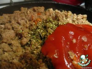 За пять минут до готовности фарша добавляем специи и томатный соус. Снимаем с огня и даем немного остыть.