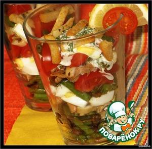 Выложить все ингредиенты слоями в произвольном порядке или аккуратно перемешать. Перед подачей к столу посыпать гренками и полить соусом.   Приятного аппетита!