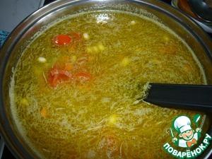 Через 10 минут пришел черед отправиться в суп и ломтикам помидорa.