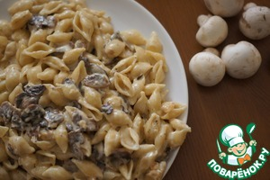 Pasta with mushrooms in a cream sauce
