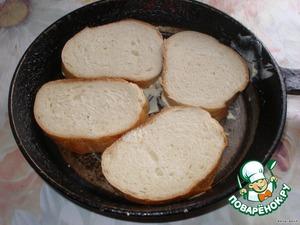 На сковороду положить кусочки масла. На них плотненько хлеб.