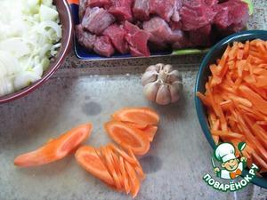 Лук нарезать полукольцами   Морковь нарезать наискосок, получившиеся пластинки - поперёк брусочками   Мясо нарезать крупными кусками (как на шашлык)