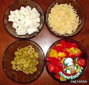Паприку (болгарский перец) нарезать достаточно крупными кубиками (примерно 1,5х1,5 см). Оливки нарезать колечками, разделив каждую на 3 части. Твердый сыр натереть на крупной терке. Адыгейский сыр нарезать кубиками (1х1 см)