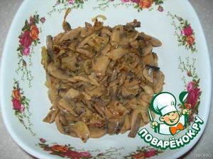 Салат слоеный, поэтому в картинка указываю слои:       1 слой - жареные грибы с луком. Этот слой слегка смазываем майонезом, т.к. ингридиенты итак обжарены на раст. масле.