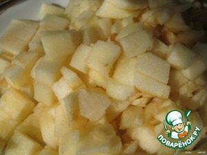 Apples cleaned, remove core, cut into small cubes and mix with sugar.
