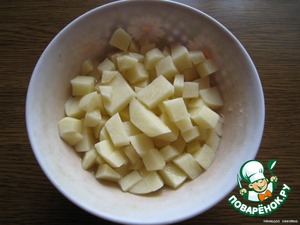 Potato peel, wash, cut into medium dice and put in boiling water. When water again boils, you need to lower the heat, boil the potatoes ten minutes.