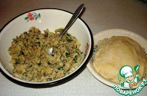 Добавить в муку воду, яйцо и соль. Замесить тесто. Если тесто прилипает, можно добавить еще немного муки. Пусть постоит 30 минут.