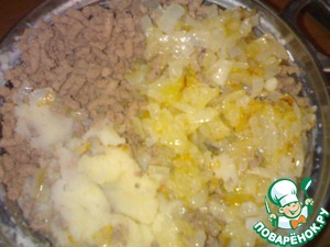 Peel the potatoes, boil in salted water until tender, RUB them in order to purusco. Liver wash, boil in salted water until tender. Onions chop, fry in vegetable oil. Boiled liver mince.  In mashed potatoes add the ground liver, fried onions and salt. (If the filling is too dry, add broth with liver).