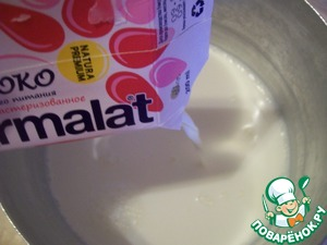 Pour the milk into a saucepan (not an enamel, avoid burning during heating). Unfortunately, in our supermarkets, I have not found milk from Parmalat in large boxes, bought in boxes of 200ml. Pour the cream and put the sour cream, mix well.   Close the lid and put in a warm place until fermentation - until thick. I just left on the stove. Products must be room temperature (not fridge). Milk can be heated to lukewarm before adding the cream and sour cream.