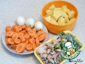 Морковь, картошку, лук - крупно нарезать. Замороженные овощи не размораживать.
