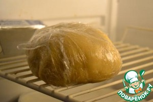 2. Divide the dough into two parts: one third will go to the grit, two - thirds on the bottom. Finished, rolled into a ball, wrap the dough in plastic wrap and put into the freezer for 10 minutes. Or in the refrigerator at least 30 minutes.