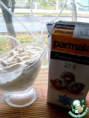 Приступаем к крему. Маскарпоне, сливки (500 гр) и сахарную пудру осторожно перемешиваем до однородности.