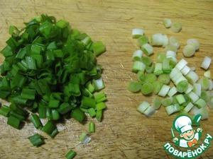 2. Лук мелко нарезать - и головки, и зеленую его часть.