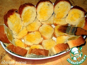 Cut the bread noses or triangles and put on the bottom and around the baking dish. Grease lightly with butter and place in oven (180 degrees) for 10 min.