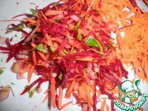 Дальше приготовим овощной фарш из сырых овощей. Для этого лук, морковь, свеклу мелко измельчим, добавим зелени и все хорошенько перемешаем.