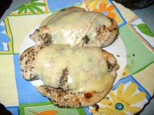 Филе обжариваем с одной стороны, перчим, солим, добавляем приправы по щепотке (с приправами, главное, не переборщить).    через 7-10 минут переворачиваем грудки и снова перчим, солим, добавляем приправы.    жарим до готовности.       на грудки сверху кладем тонко нарезанные ломтики любого сыра, накрываем крышкой.   когда сыр расплавится - блюдо готово.