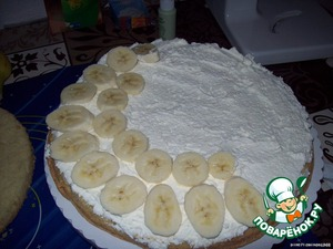 Cortico put one Korzh and lubricated it with cream.Now is the time bananas-peel a banana and cut it into circles,which we spread on top of cream( cream),lined with bananas, you can apply some cream.Put the second cake on top and grease it with cream,it falls on the third layer, and is also lubricated with the cream.Now, on the cream on top, put slices of banana.But the cake is not ready yet.Need to do a