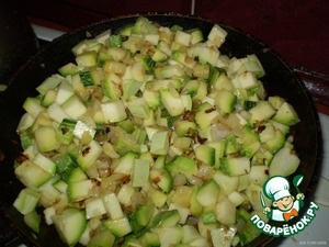 Add the zucchini to the pan the onions, fry 10 minutes, stirring constantly.