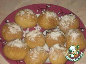 Готовые булочки, не давая остыть, быстро смажьте взбитым яичным белком и посыпьте смесью сахарной пудры,   ванильного сахара и орехов.