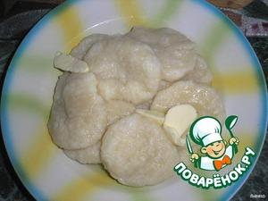 Шарики опускать в подсоленную кипящую воду и варить 5 мин. Выложить на блюдо и смазать сливочным маслом.