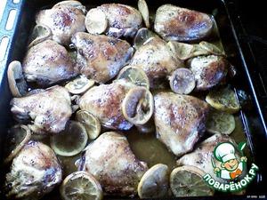 Накрыть гнётом и оставить на 4-6 часов в холодильник.   Противень смазать растительным маслом и выложить курицу вместе с лимонами и всем маринадом.