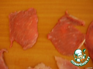 Возьмите любое мясо (свинина, говядина, курица) и нарежьте тонкими пластами размером от 6*6 см. Хорошо отбейте молоточком, посолите, поперчите.