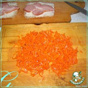 Морковку порубить мелко.