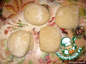 Добавить оставшуюся муку и молоко, вымесить крутое тесто (при необходимости добавлять муки). Накрыть полотенцем и оставить подниматься на 2 часа. Тесто должно увеличиться в объеме вдвое. Накрыть полотенцем и поставить в теплое место на 30 минут. Затем тесто обмять и оставить еще на 30 минут. Разделить на части для приготовления.