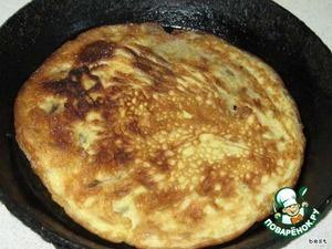 Взбиваем яйца с майонезом и жарим омлет.   Нарезаем его произвольными кусочками и смешиваем с рисом.