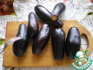 To prepare snacks to take away small in size, with a diameter of about 5 centimeters, eggplant. They should be deep violet color, which indicates the ripeness.   Eggplant wash, cut off the tails and in a few places to pierce with a fork. It is a prerequisite that they do not burst during cooking, and further through the holes out the bitterness.