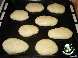 Сформуйте куски теста в форме пирожков. Уложите на масляный противень, посыпьте семенами кунжута и придавите  его к тесту (можно и не посыпать). И выпекайте в разогретой до 220-230 градусов духовке примерно 20-25 минут.   После выпекания смазать боковушки соленым маслом (если не посыпали кунжутом, то смазать полностью). Оставить до полного остывания, накрыв полотенцем.